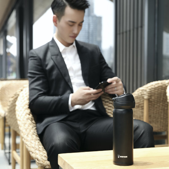 A Male Model posing with BeddyBear Vacuum Flask Radiant Black