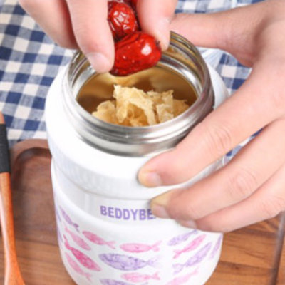 Putting ingredients (red dates and white fungus) into BeddyBear Vacuum Food Container Prints Series Fish Pink Design