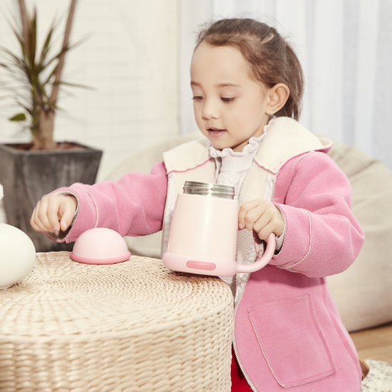 A Young Girl Model posing with BeddyBear Vacuum Mug Pink Color without Cap